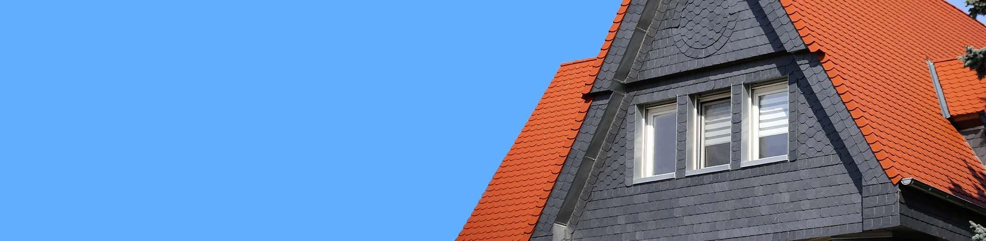 Biberschwanzdach und Schieferfassade